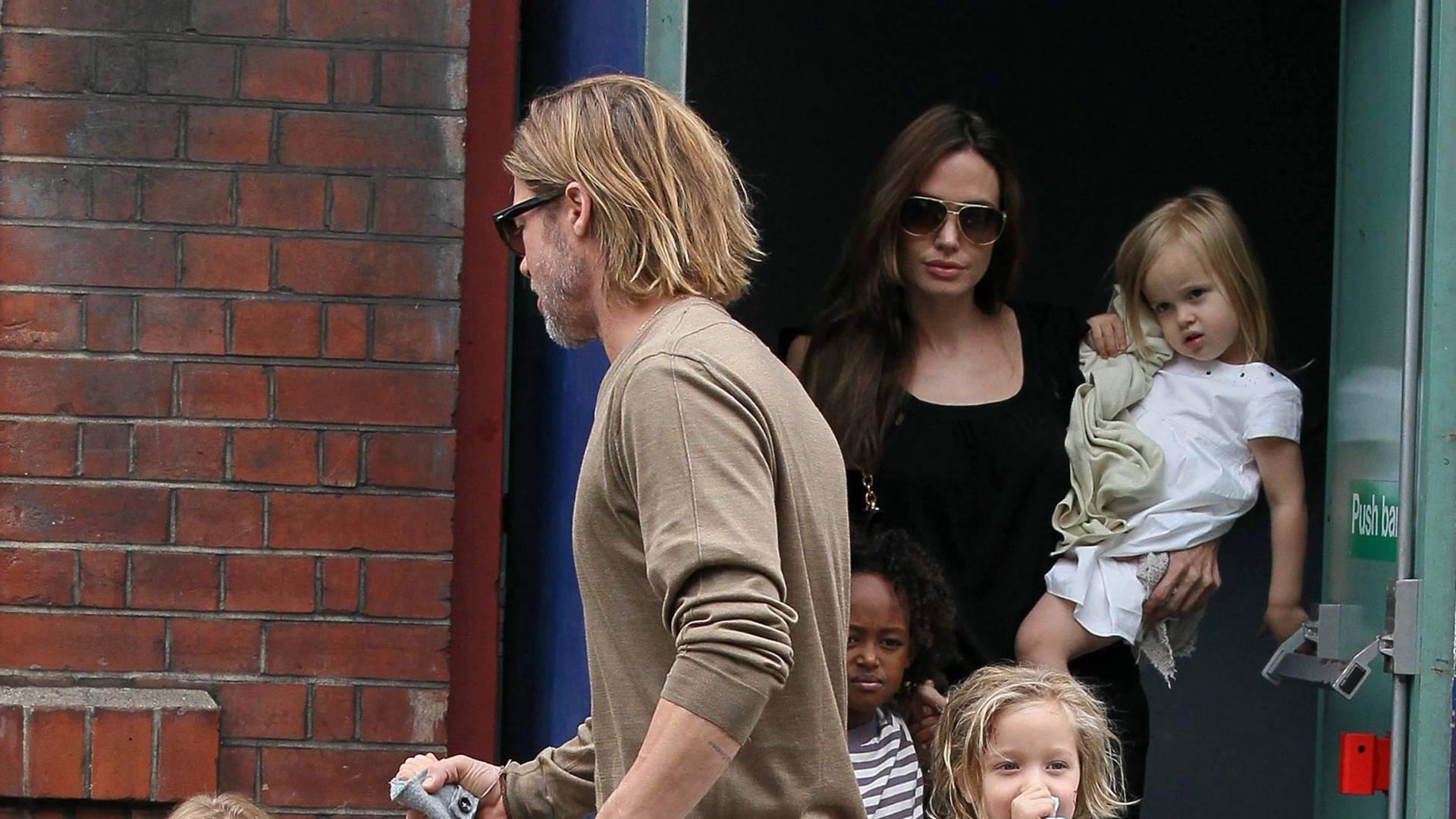 Angelina Jolie e Brad Pitt levam os filhos ao cinema em Londres (4/9/11)