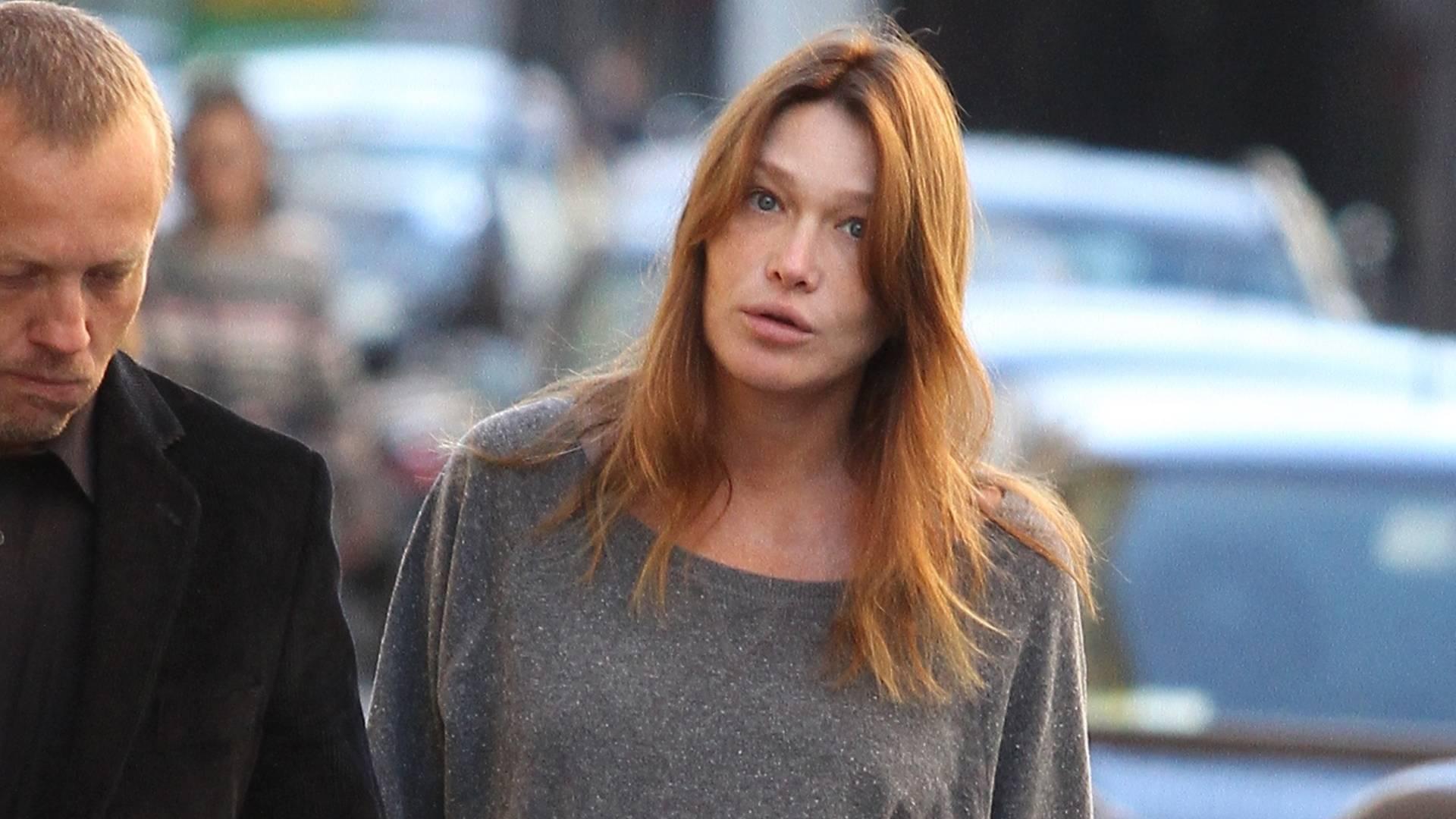 Carla Bruni exibe barrigão de oito meses durante passeio pelas ruas de Paris (5/9/11)