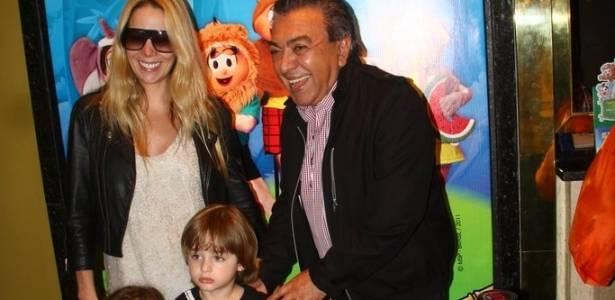 Acompanhada do filho Noah e de uma amiguinha, Danielle Winits vai à estreia do musical