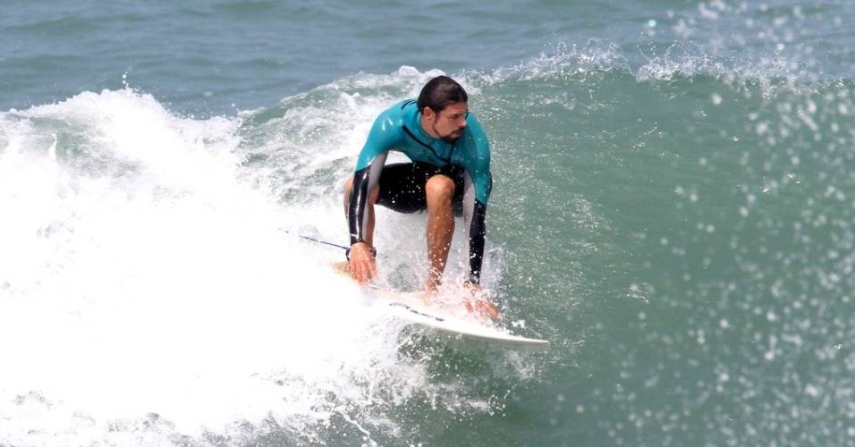 Cauã Reymond aproveita o feriado para surfar e exibe boa forma (7/9/11)