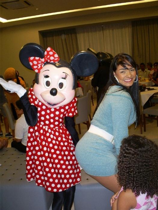 Mulher Melancia posa mostrando o bumbum para Minnie na festa de seu afilhado (7/9/11)