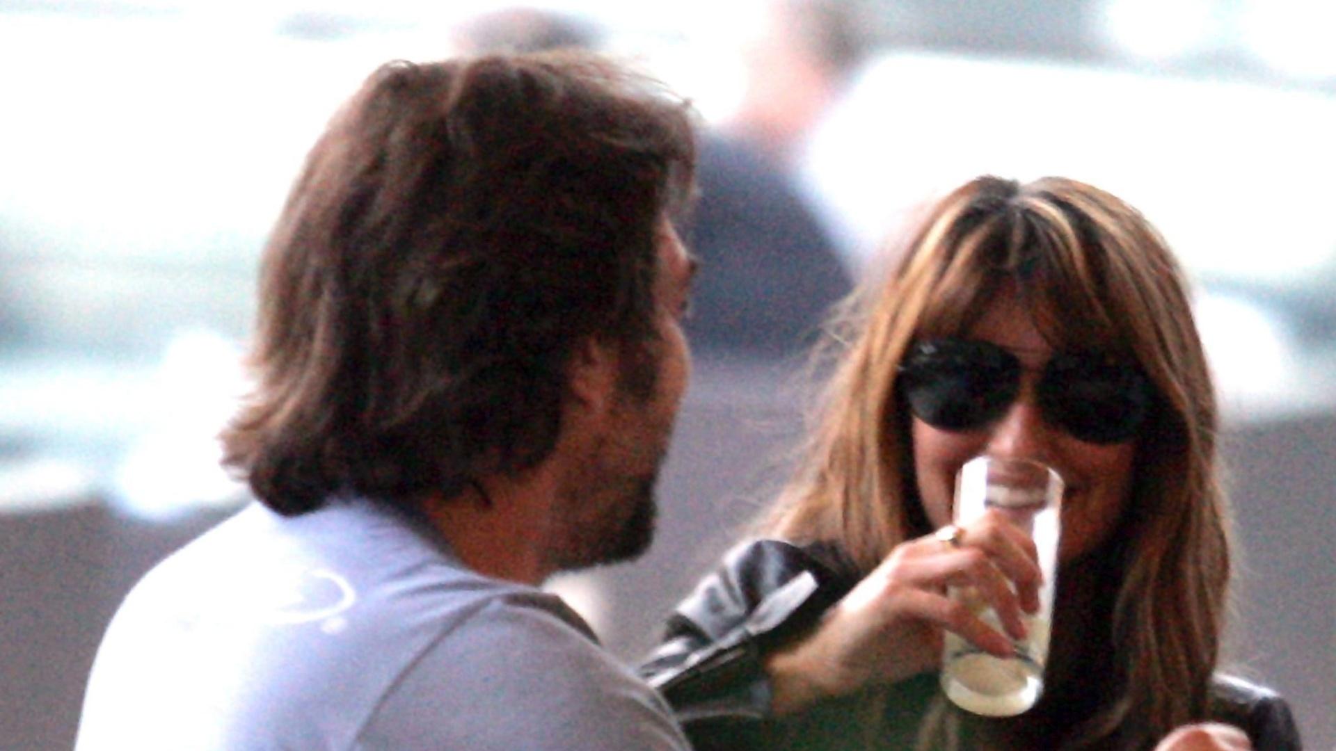 Na Bósnia para gravar cenas de seu novo filme, Penélope Cruz aproveita para se distrair ao lado do marido (8/9/11)