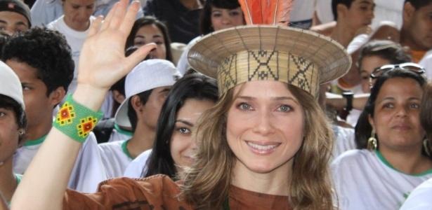 Letícia Spiller se veste índia para protestar contra o novo código florestal