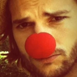 Ashton kutcher exibe foto com nariz de palhaço em seu perfil no Twitter