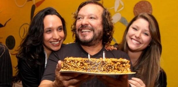 Ao lado das filhas Maria (à esq.) e Manuela, Wolf Maya comemora 58 anos com festa na churrascaria Porcão, no Rio de Janeiro (11/9/11)