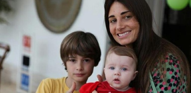 Fábio Assunção divulga no Facebook foto da mulher Karina e dos filhos João e Ella Felipa