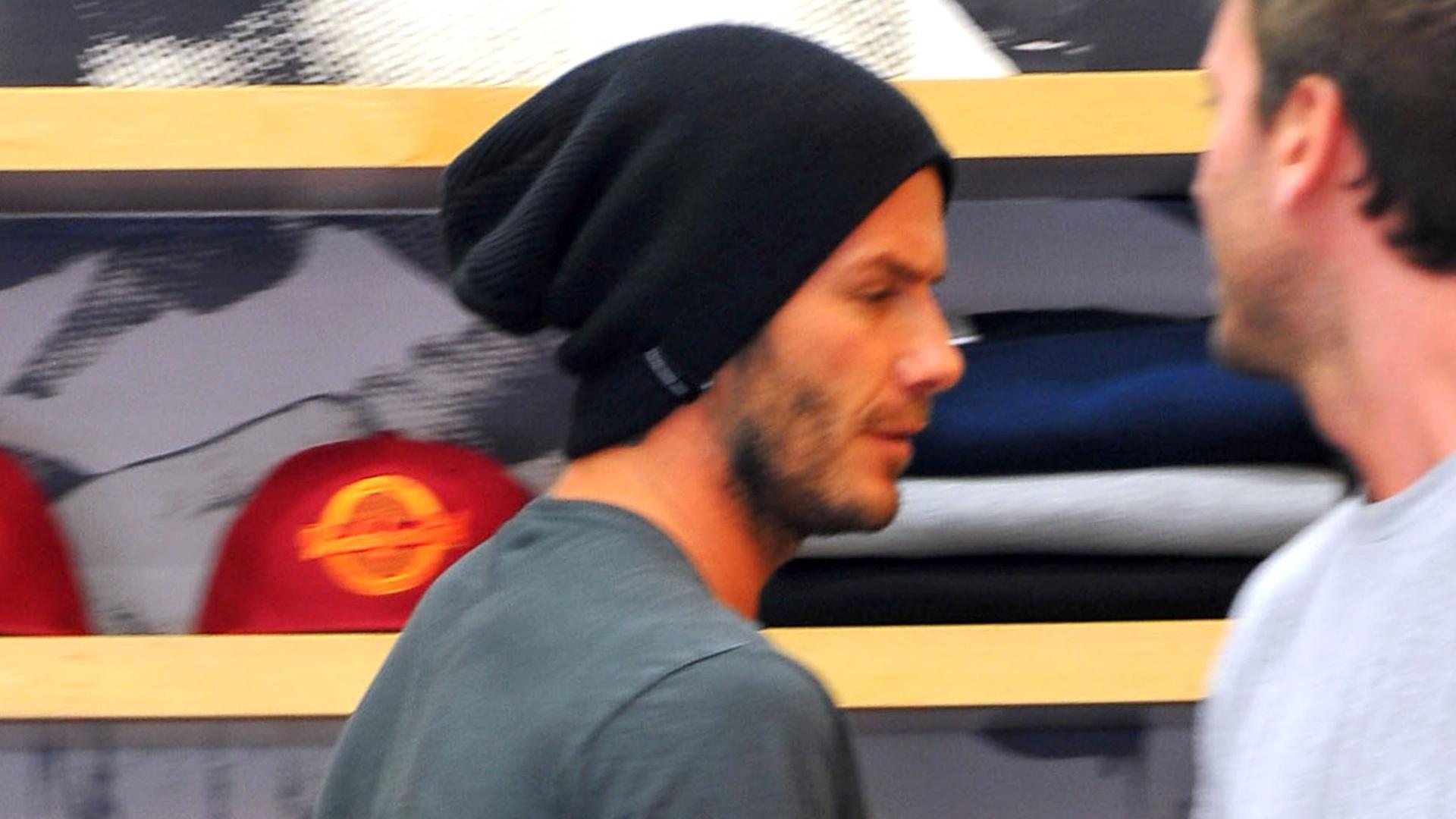 Enquanto Victoria Beckham faz compras, David aproveita para comprar um tênis (12/9/11)
