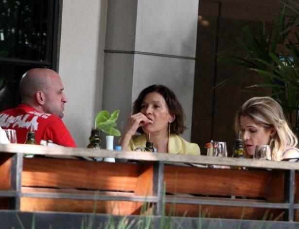 Os atores Paulo Gustavo, Natália do Vale e Ingrid Guimarães almoçam juntos em um restaurante no bairro do Leblon, no Rio (13/9/11)