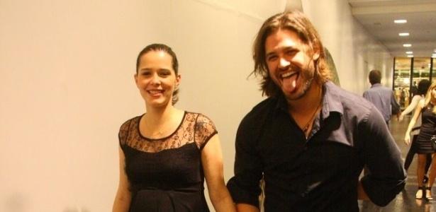 Dado Dolabella passeia com a namorada Juliana, que está grávida de sete meses, e mostra língua para paparazzi (13/9/11)