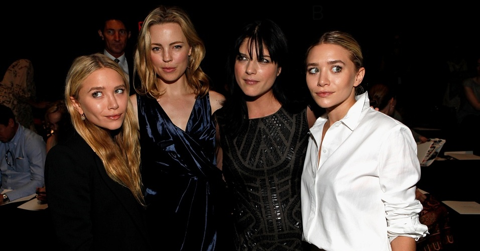 As atrizes Mary-Kate Olsen, Melissa George, Selma Blair e Ashley Olsen (da esq. para a dir.) assistem desfile da grife J. Mendel Spring durante a semana de moda de Nova York (14/9/11)