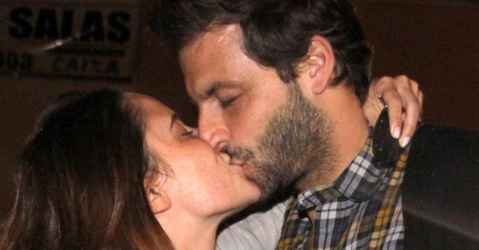 Fernanda Vasconcellos completa 27 anos e ganha beijo do namorado Henri Castelli (14/9/11)
