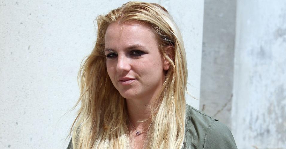 Britney Spears é vista usando anel de noivado e camiseta do lado avesso no Aeroporto de Los Angeles (14/09/2011)