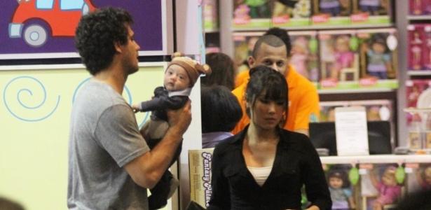 Daniele Suzuki passeia com marido e filho por shopping do Rio