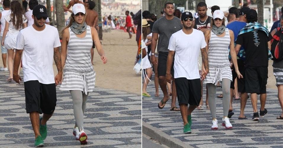 Grávida, Luana Piovani caminha pela orla de Ipanema com o marido, Pedro Scooby (17/9/11)