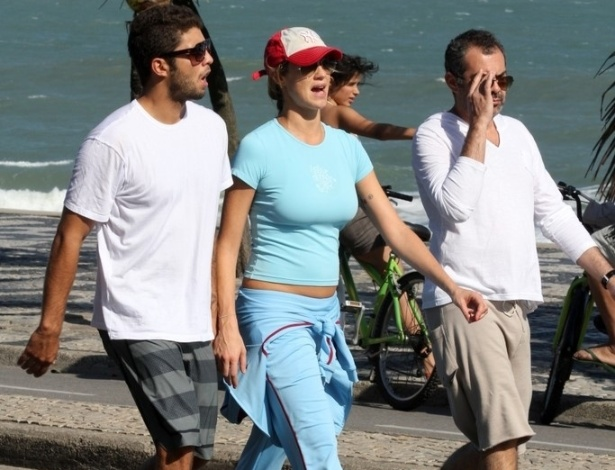 Luana Piovani exibe barriguinha de grávida ao caminhar na orla de Ipanema (18/9/11)