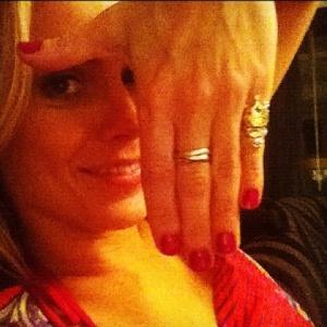 Carolina Dieckmann posta foto mostrando o anel usado por Teodora em