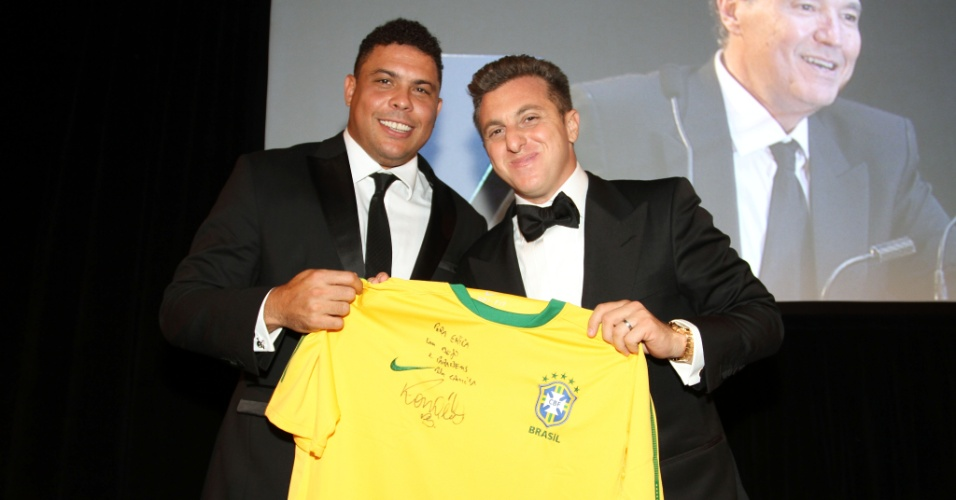 Ronaldo e Luciano Huck seguram uma camiseta assinada pelo craque, que foi leiloada em noite de gala beneficente em NY (19/9/2011)