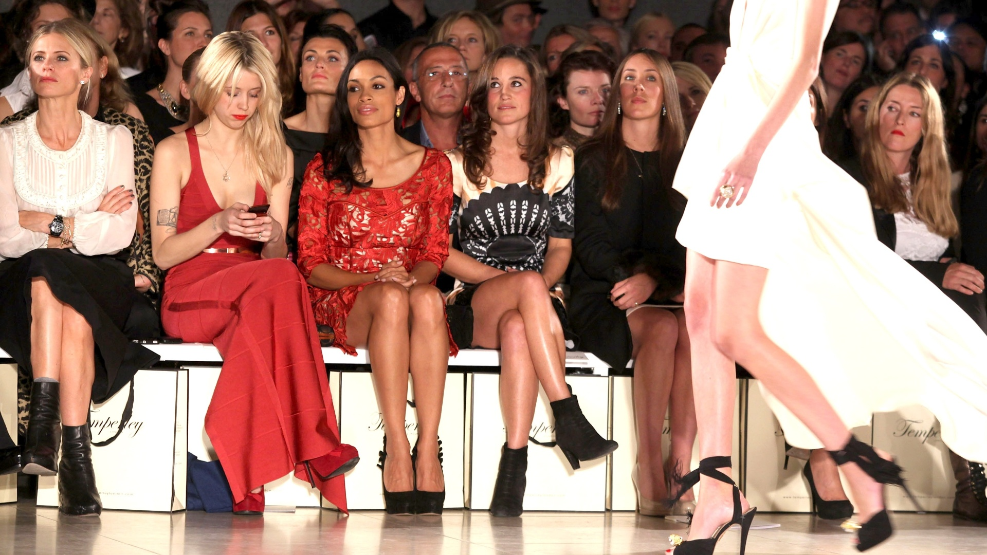 Pippa Middleton, Peaches Geldof e a atriz Rosario Dawson assistem ao desfile da Temperley na London Fashion Week (19/09/2011)
