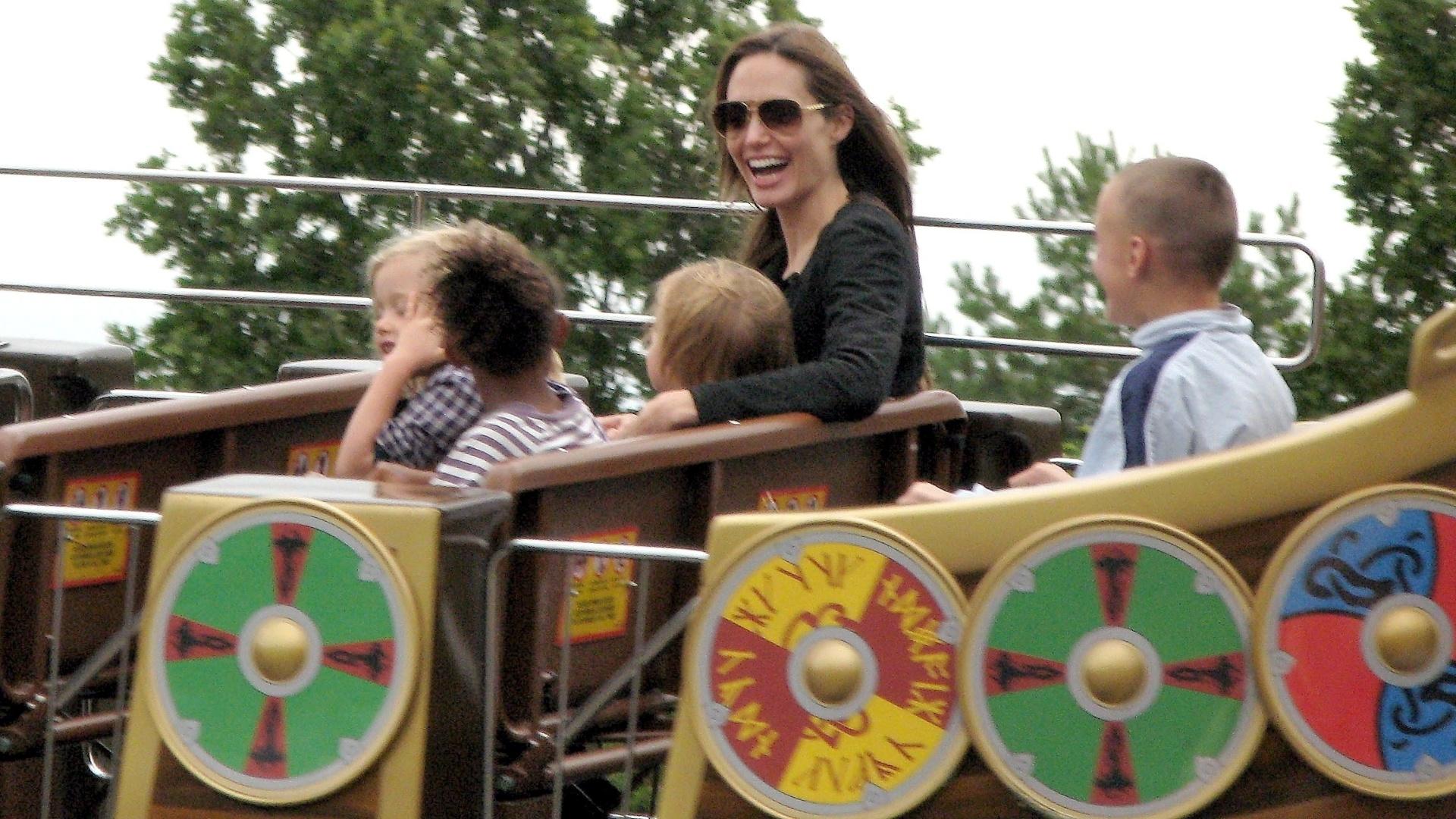 Angelina Jolie se diverte ao lado dos filhos em parque de diversão (20/9/11)