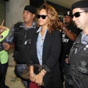 Cercada por policiais, a cantora Rihanna chega ao aeroporto Santos Dumont, no Rio, e embarca para Brasília, onde faz show nesta quarta-feira (21). Ela também se apresenta no Rock in Rio no dia 23/9 (21/9/11)