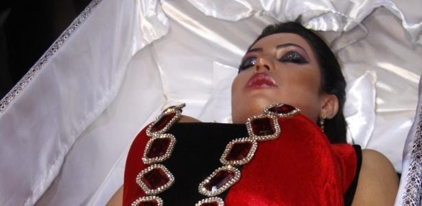 Mulher do cantor Belo usa caixão para chegar em sua festa de aniversário de 29 anos (20/9/11)