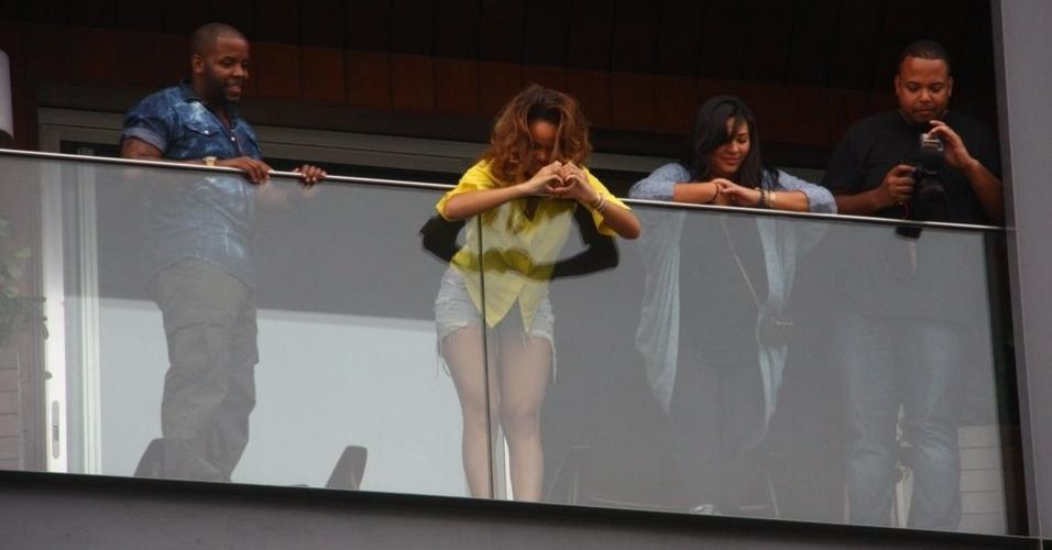 A cantora Rihanna aparece na sacada do hotel em que está hospedada, no Rio, e faz sinal de coração para os fãs reunidos em frente ao local. Rihanna se apresenta no primeiro dia do festival Rock In Rio, nesta sexta-feira (23) (22/9/11)