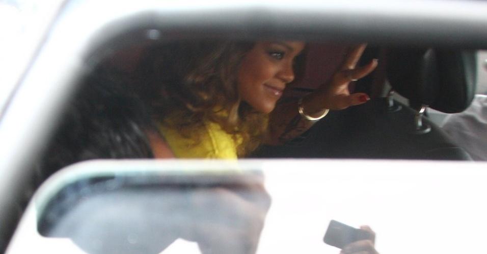 A cantora Rihanna é fotografada ao deixar o hotel onde está hospedada, no Rio. Ela se apresenta no Rock in Rio nesta sexta-feira, dia 23 (22/9/11)
