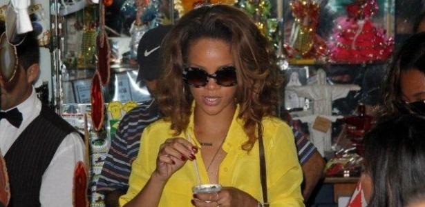 A cantora Rihanna toma caipirinha durante visita ao Cristo Redentor. Rihanna se apresenta no primeiro dia do festival Rock In Rio, nesta sexta-feira (23) (22/9/11)