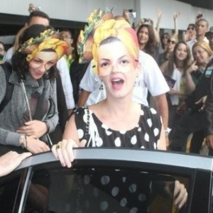 Katy Perry chega ao Rio, usando máscara (22/9/11)