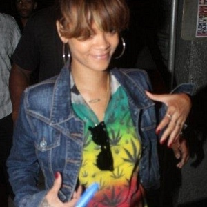 Com camiseta estampada por folhas da maconha, Rihanna curte balada GLS no Rio de Janeiro (22/9/11)