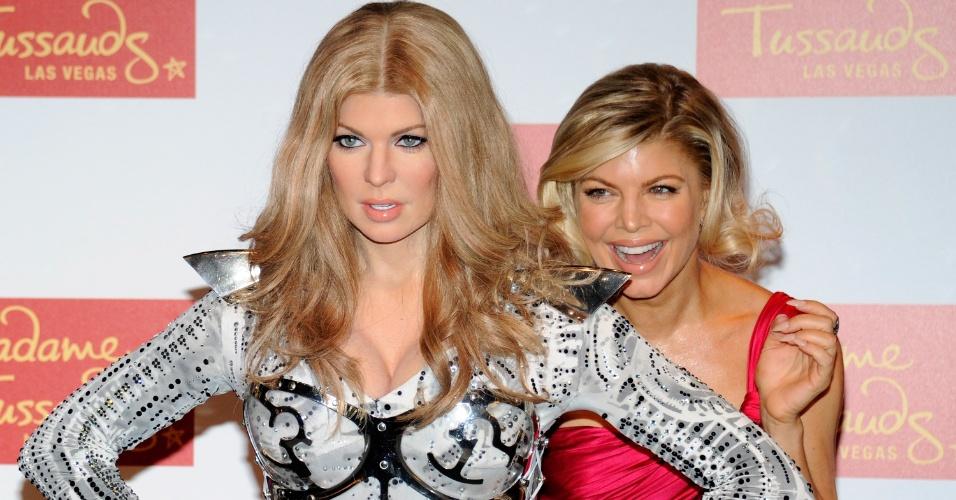 De cabelos curtos, a cantora Fergie posa ao lado de sua estátua de cera, inaugurada no Madame Tussauds de Las Vegas, nos Estados Unidos (22/9/11)