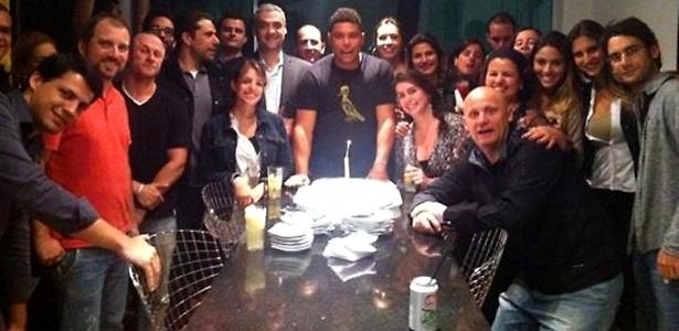 O ex-jogador de futebol Ronaldo Nazário faz 35 anos e ganha festinha com direito a bolo e bagunça de seus colegas da 9ine, sua agência de marketing criativo (22/9/11)