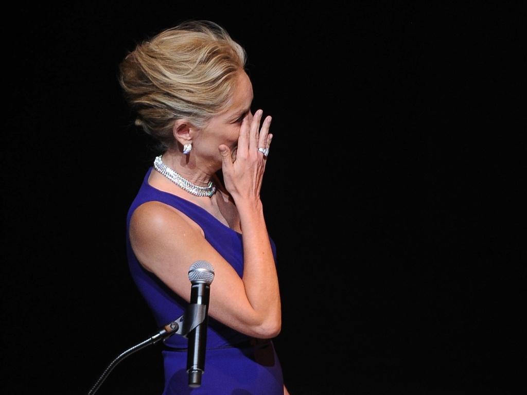 Sharon Stone se emociona ao prestar homenagem a Elizabeth Taylor (23/9/11)