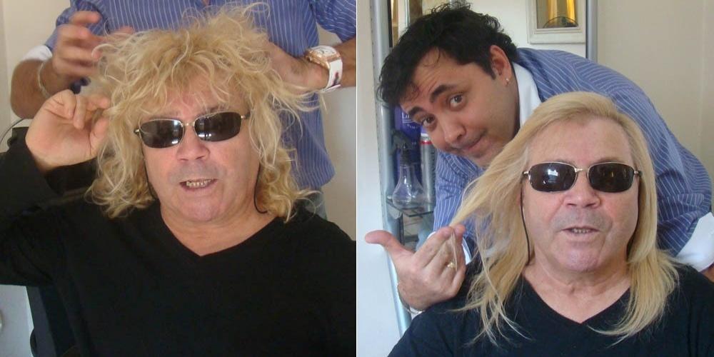 O cantor Ovelha, conhecido pelas mechas cacheadas, tem o cabelo alisado pelo cabeleireiro Julinho do Carmo (26/9/2011)