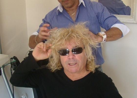 Antes - Ovelha, conhecido pelas mechas cacheadas, tem o cabelo alisado pelo cabeleireiro Julinho do Carmo (26/9/2011)