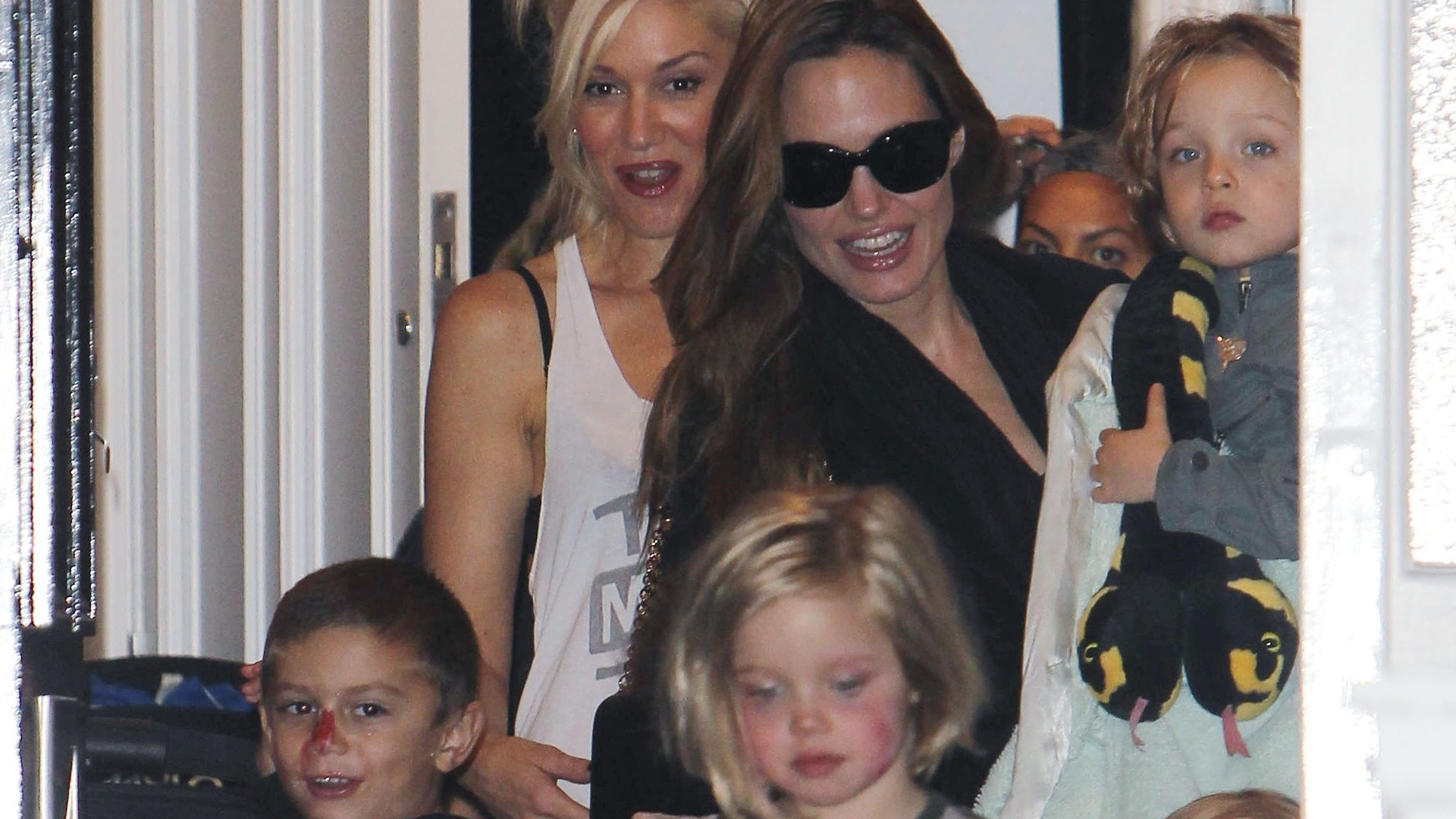 Angelina Jolie e os filhos visitam a cantora Gwen Stefani em Londres (26/9/11)