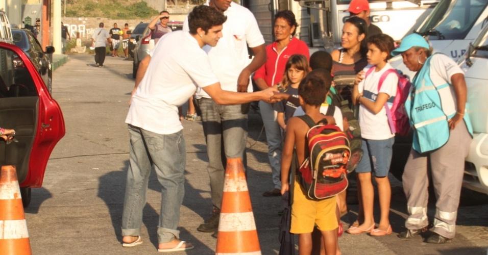 Caio Castro cumprimenta as crianças depois de uma gravação de