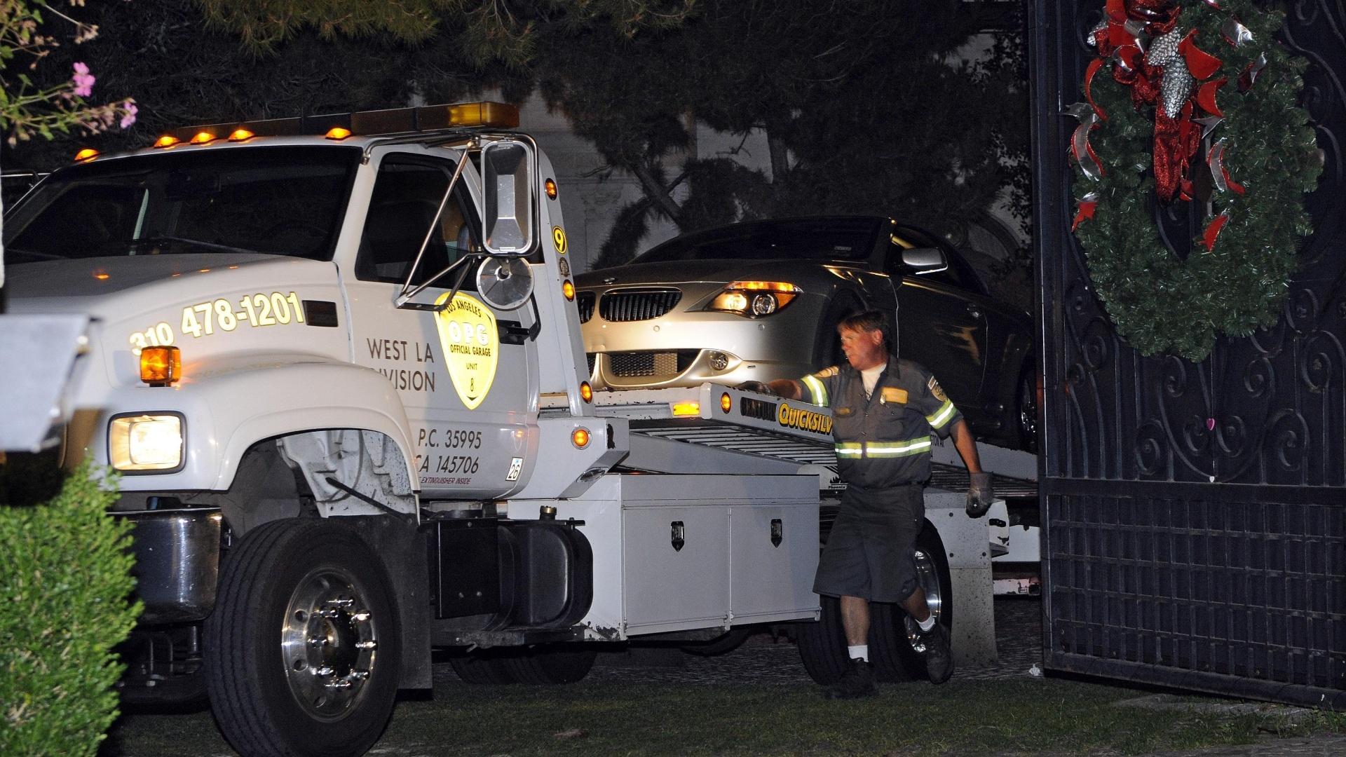 Carro do médico Conrad Murray é levado da casa de Michael Jackson pela polícia na madrugada da morte do cantor (25/06/2009)