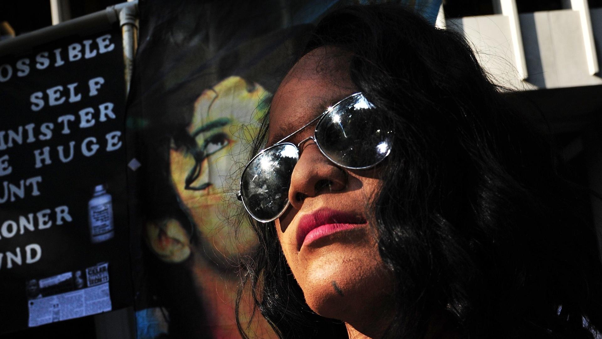 Fã de Michael Jackson caracterizado como o cantor faz sinal de paz do lado de fora do Tribunal de Los Angeles, onde acontece o primeiro dia do julgamento do médico Conrad Murray