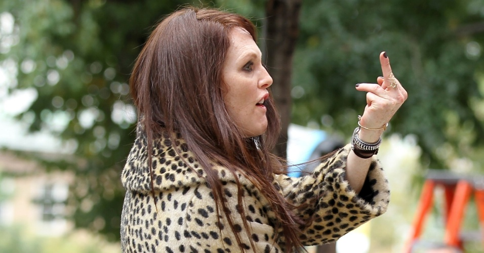 Julianne Moore mostra o dedo do meio durante as filmagens do longa