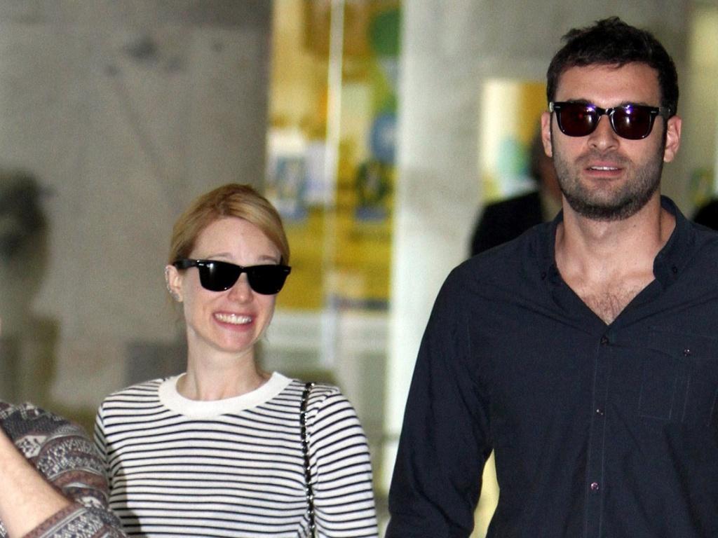 Mariana Ximenes chega ao Rio de Janeiro de mãos dadas com o empresário Lucas Mello (26/9/11)