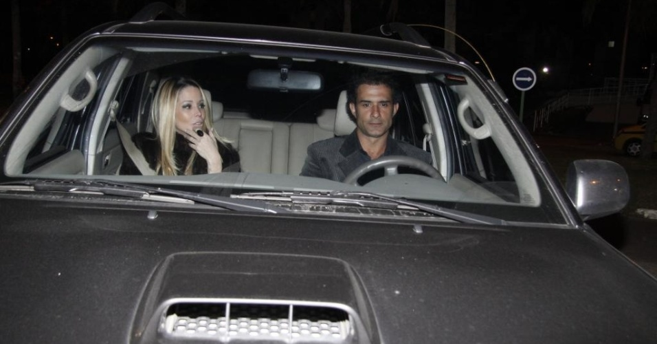 Danielle Winits e Marcos Pasquim chegam no carro do ator para a festa de 40 anos de Luciano Huck (3/9/11)