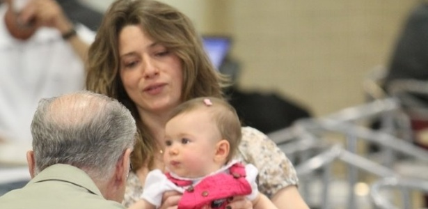 Letícia Spiller brinca com a filha Stella de oito meses (28/9/11)