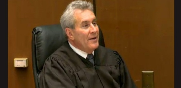 O juiz Michael Pastor encerra a fase de discursos de apresentação durante o primeiro dia do julgamento em que o médico Conrad Murray é acusado da morte do cantor Michael Jackson, no Tribunal de Los Angeles (27/9/11)