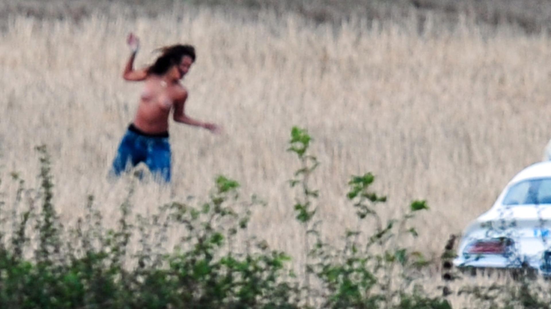 Rihanna faz topless durante filmagens do clipe