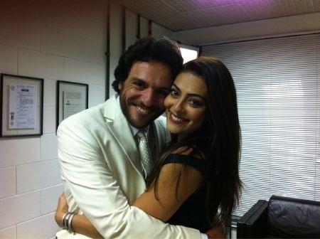 Juliana Paes posa ao lado de Rodrigo Lombardi e publica foto no Twitter (29/9/11)