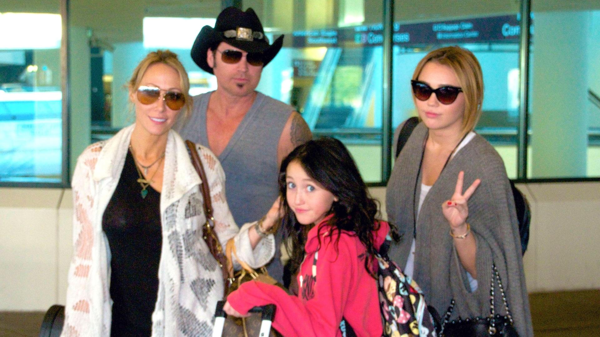 Miley Cyrus viaja com o namorado e com a família (27/9/11)