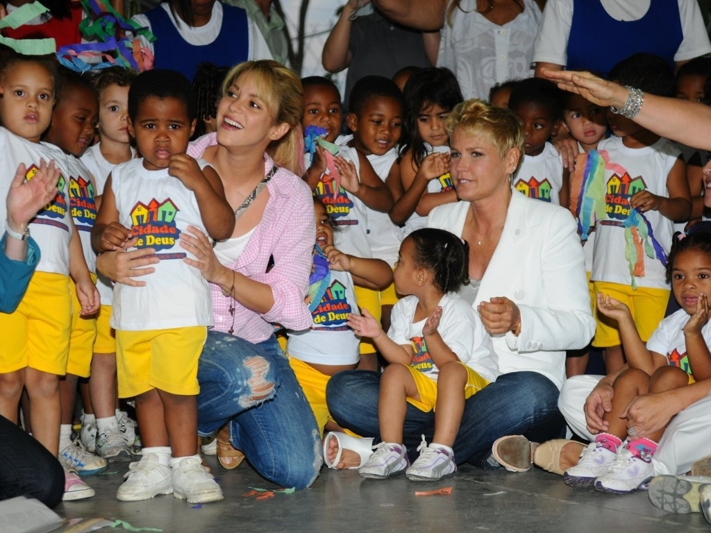Ao lado da apresentadora Xuxa, Shakira firma parceria em prol da infncia e da cultura  (30/9/11)