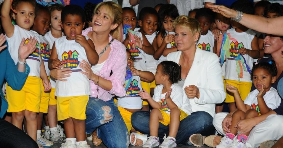 Ao lado da apresentadora Xuxa, Shakira firma parceria em prol da infância e da cultura (30/9/11)