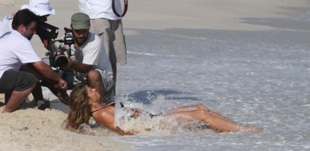 Grazi Massafera é surpreendida por água do mar em gravação de comercial no Rio de Janeiro (01/10/11)